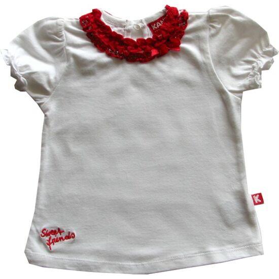 Fehér póló nyakán piros dísszel Kanz